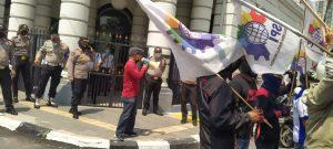 Tony Rickson Silalahi Sekretaris FSPMI Sumut Orasi didepan Gerbang PT lonsum